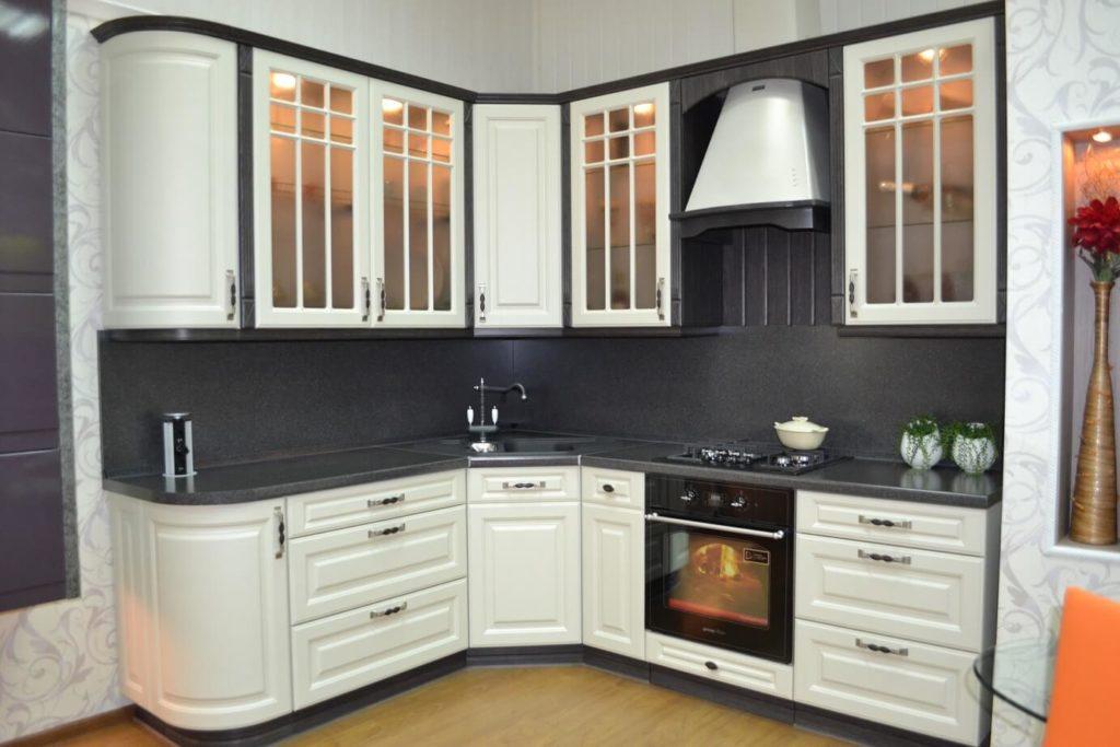 Фото кухни с угловым гарнитуром в интерьере