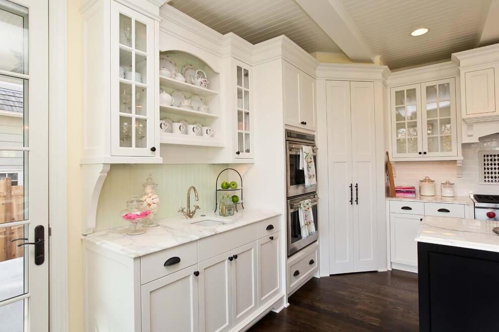Фото встроенного кухонного гарнитура с пеналом