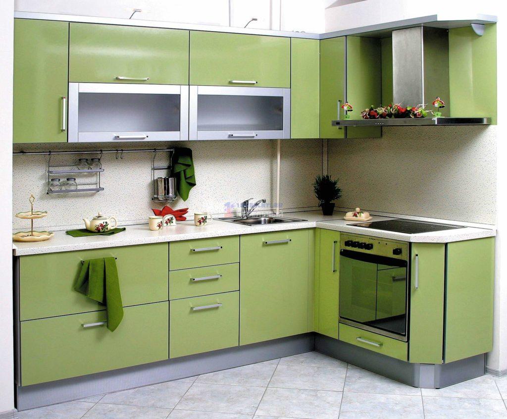 Угловая кухня с эмалированным фасадом
