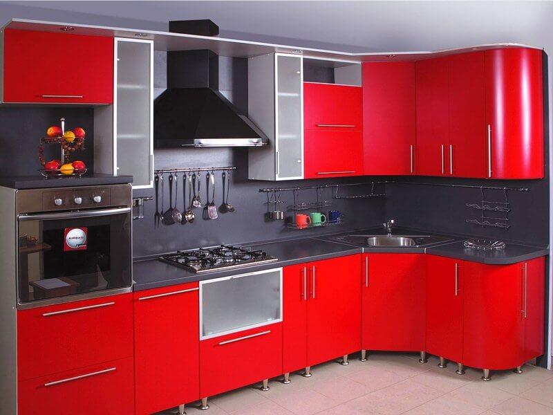 Угловой кухонный гарнитур с красным глянцевым фасадом