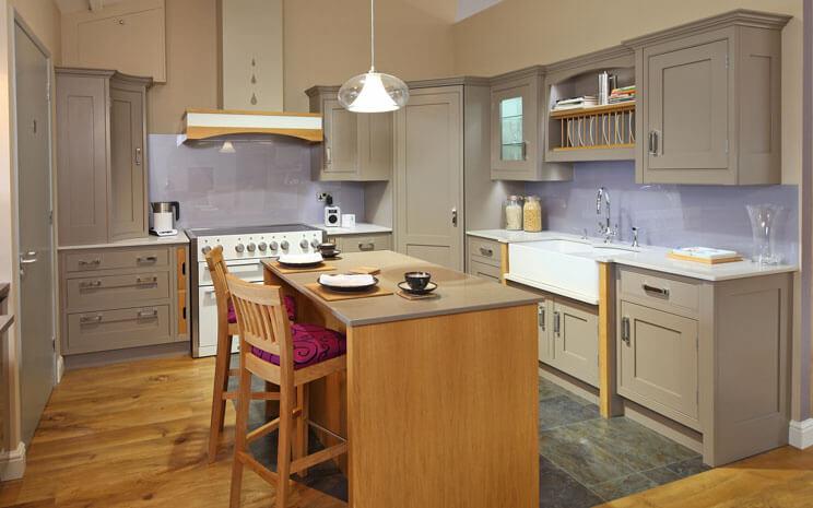 Угловой кухонный гарнитур с пеналом