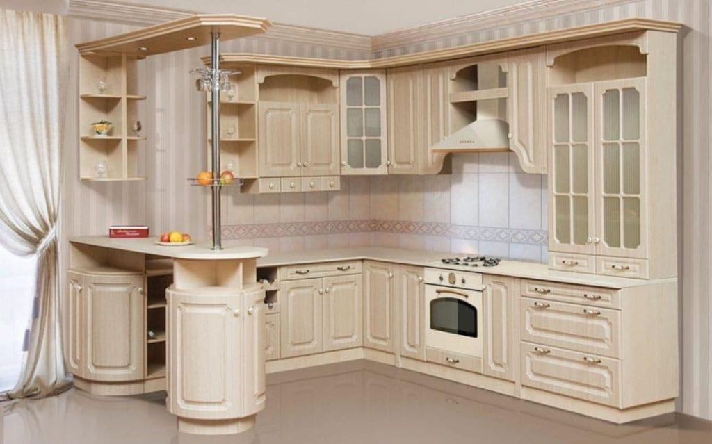 Угловой кухонный гарнитур в классическом стиле с барной стойкой