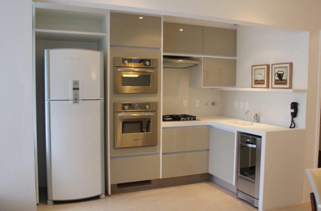 Угловой кухонный гарнитур с прямыми шкафами в углу