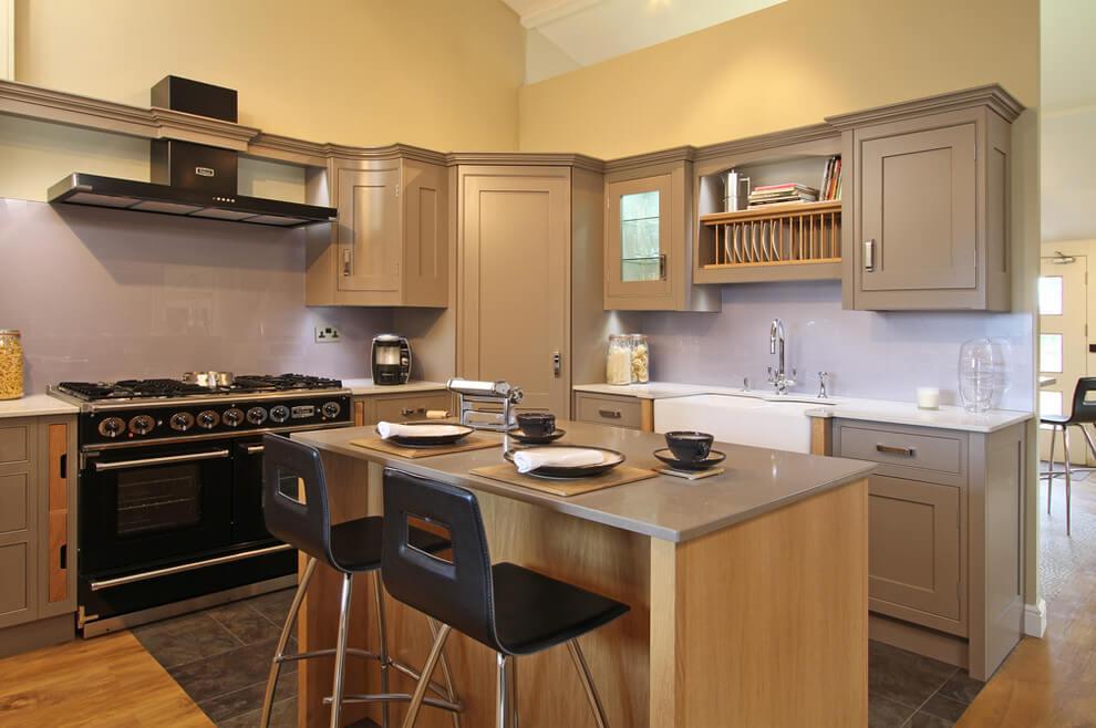Фото углового кухонного гарнитура с угловым пеналом