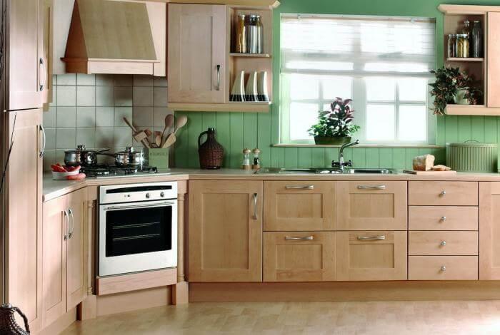 Фото кухонного гарнитура с вытяжкой встроенной в угловой шкаф