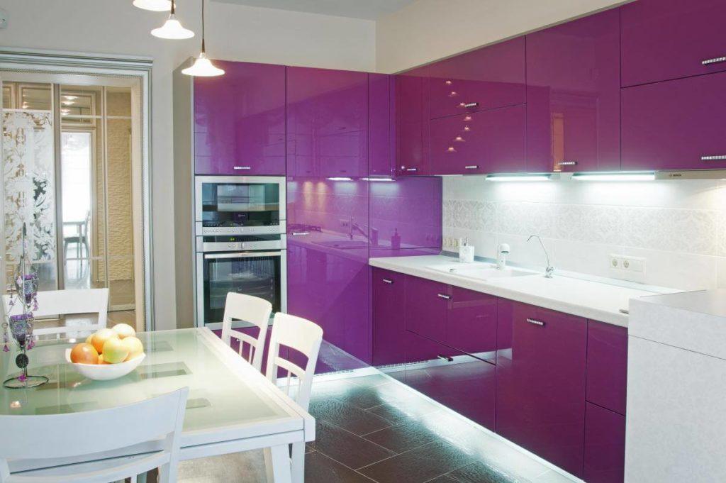 Угловой кухонный гарнитур с глянцевыми фасадами