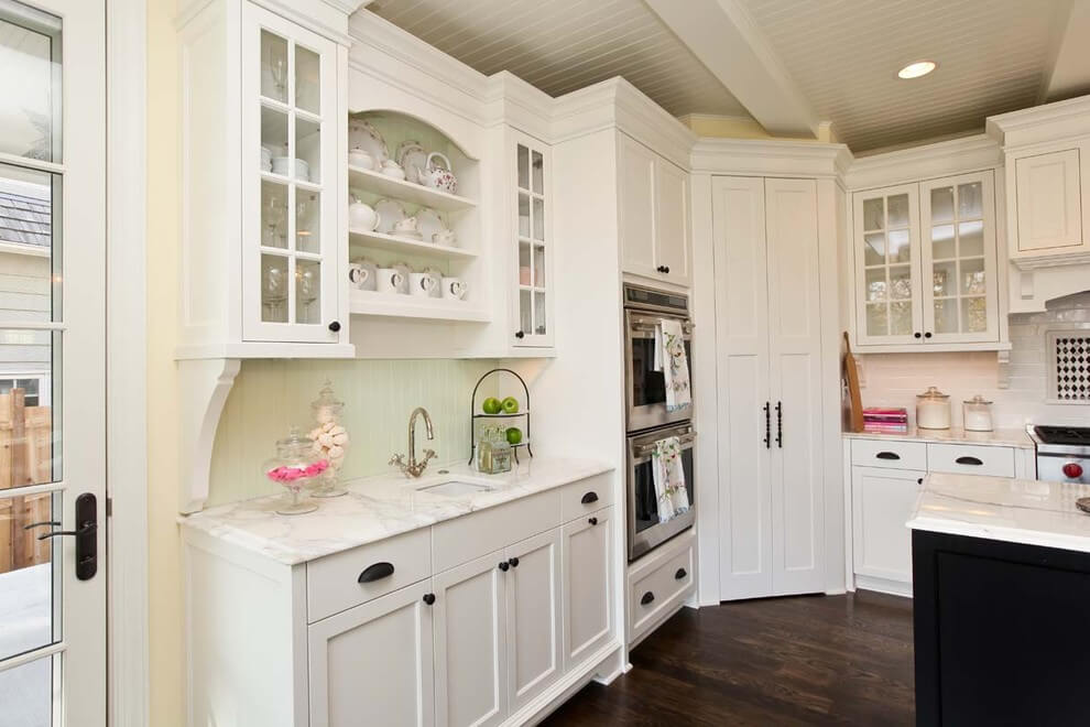Кухня с угловым пеналом с распашными дверьми