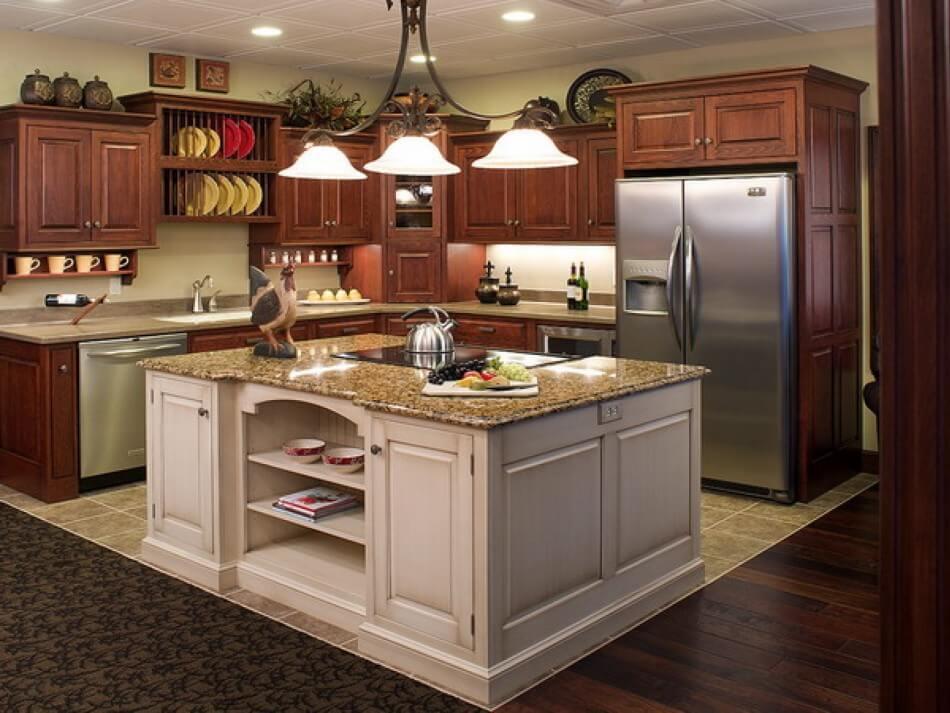 Угловой кухонный гарнитур с пеналом в классическом стиле