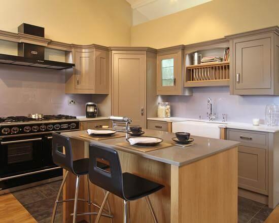 Угловая кухня с трапециевидным пеналом с распашной дверью