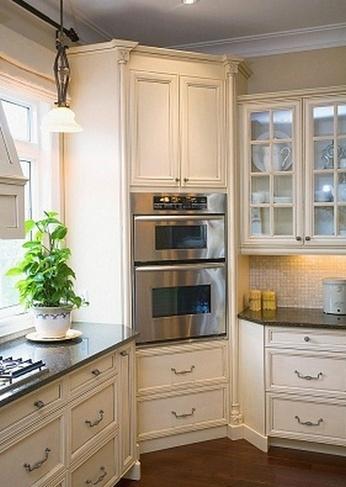 Кухонный пенал со встроенной бытовой техникой
