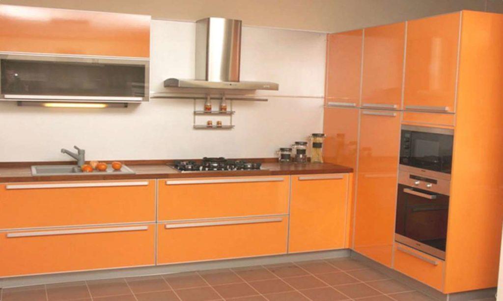 Фото кухонного гарнитура с высокими шкафами