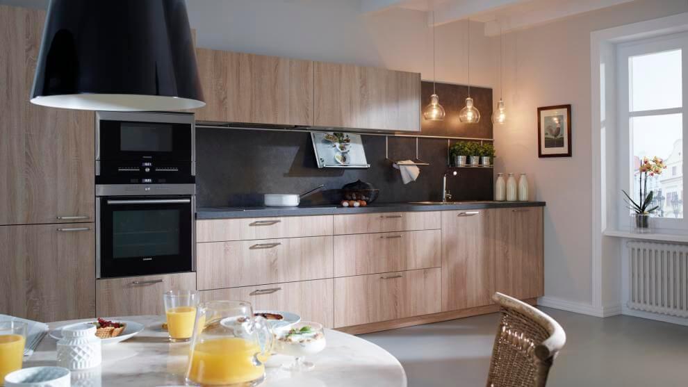 Кухонный гарнитур с вытяжкой встроенной в шкаф