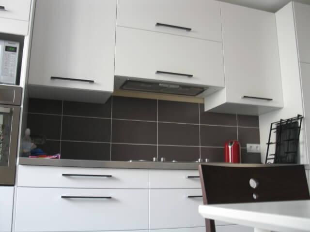 Фото кухонного гарнитура со встроенной вытяжкой