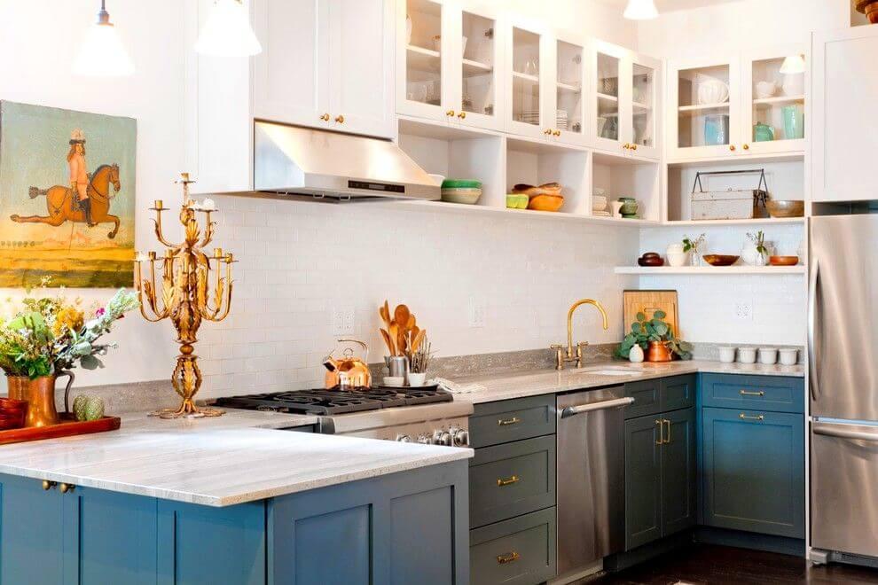 П-образный кухонный гарнитур со встроенной вытяжкой