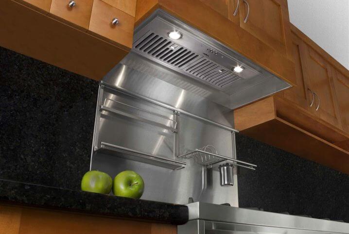 Фото встроенной вытяжки в кухонный навесной шкаф