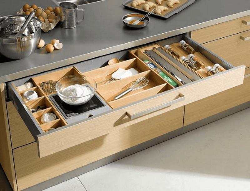 Ящик с множеством отделов для кухонных принадлежностей и столовых приборов