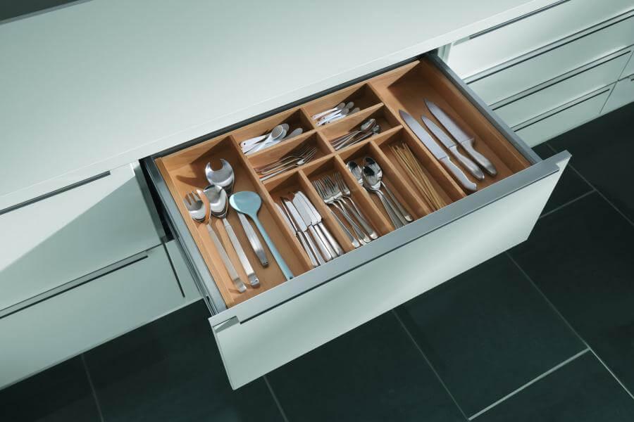 Ящик для столовых приборов с деревянным лотком с множеством отделений