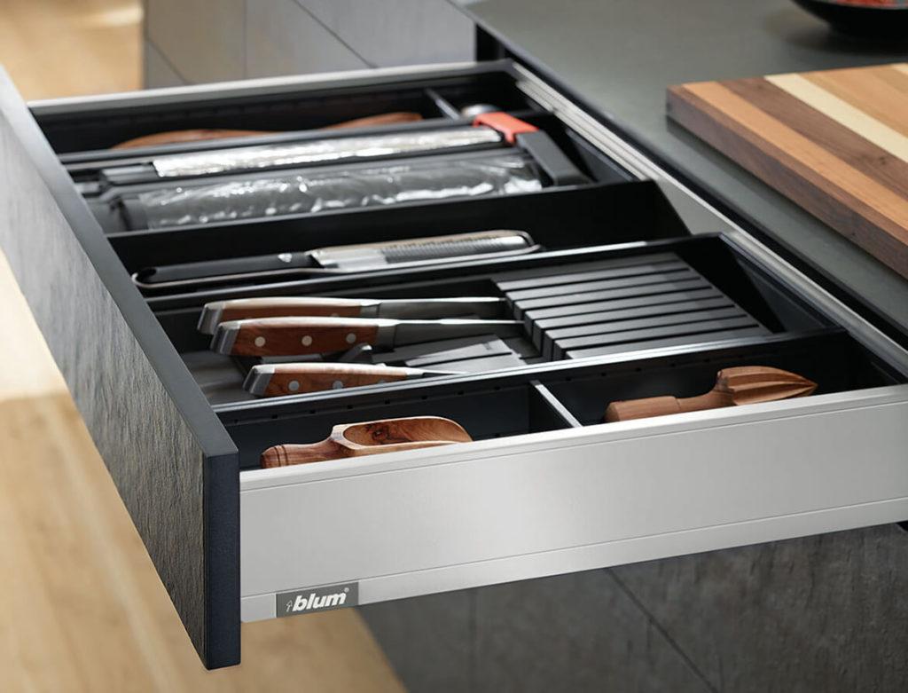 Выдвижной ящик для столовых приборов с отсеком для ножей