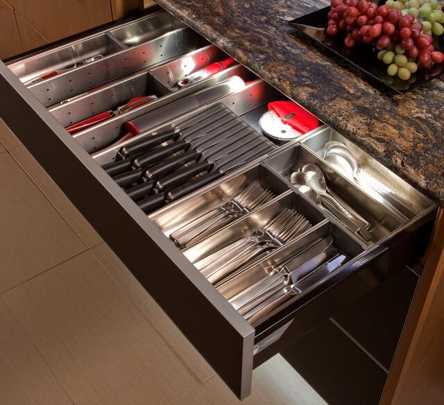 Кухонный ящик для столовых приборов с множеством отсеков