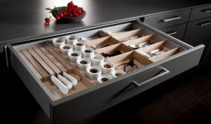 Фото выдвижного ящика с лотком для столовых приборов