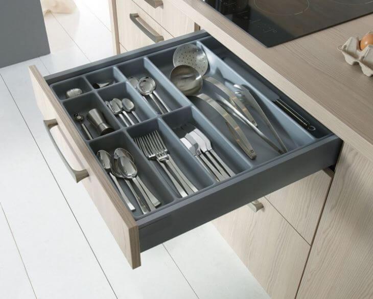 Фото ящика для столовых приборов с множеством отсеков под большие и маленькие приборы