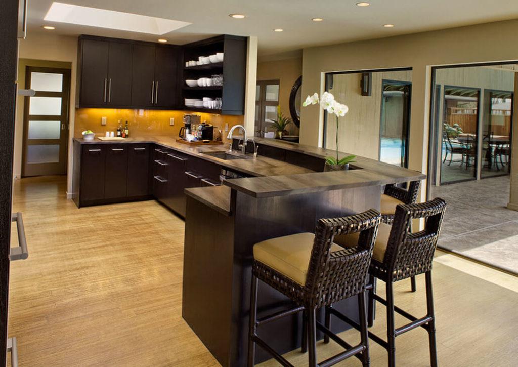 Фото П-образного кухонного гарнитура полуостровного типа с барной стойкой