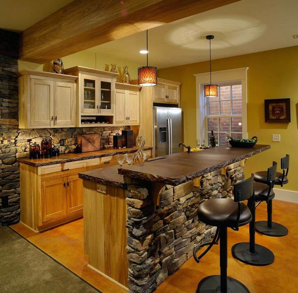 Барная стойка классической конструкции с двухуровневой столешницой из дерева и каменной отделкой