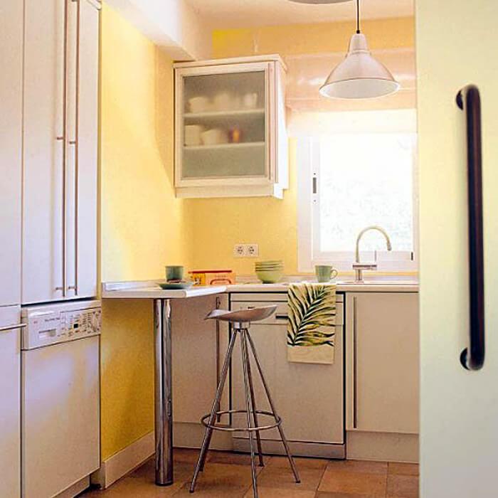 Барная стойка на ножке в интерьере тесной кухни