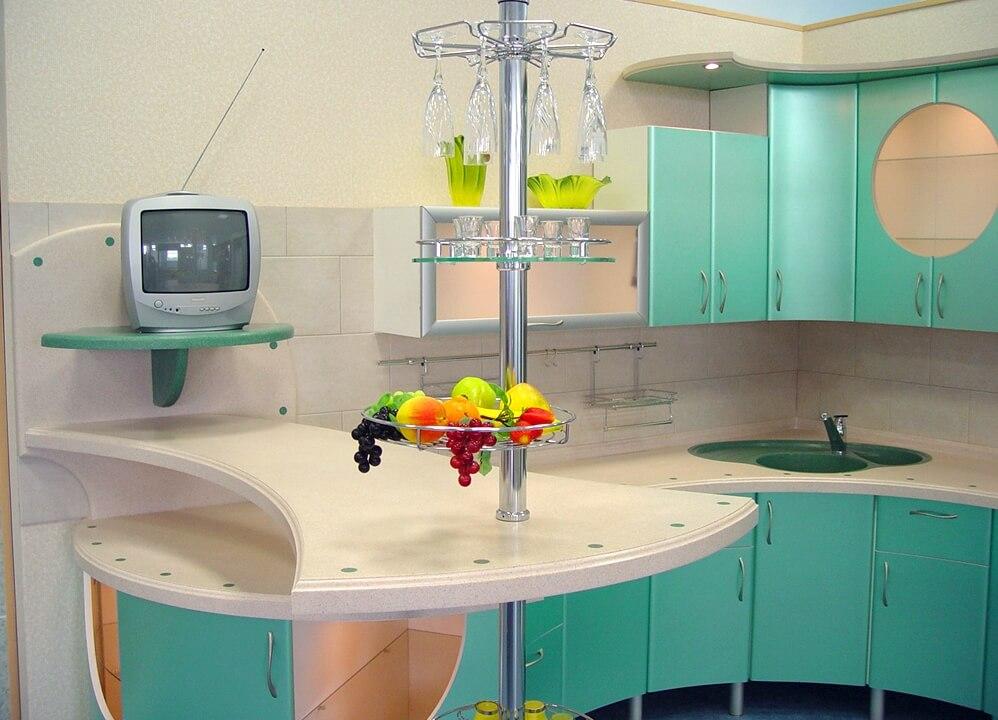 Кухонный гарнитур с барной стойкой в интерьере кухни
