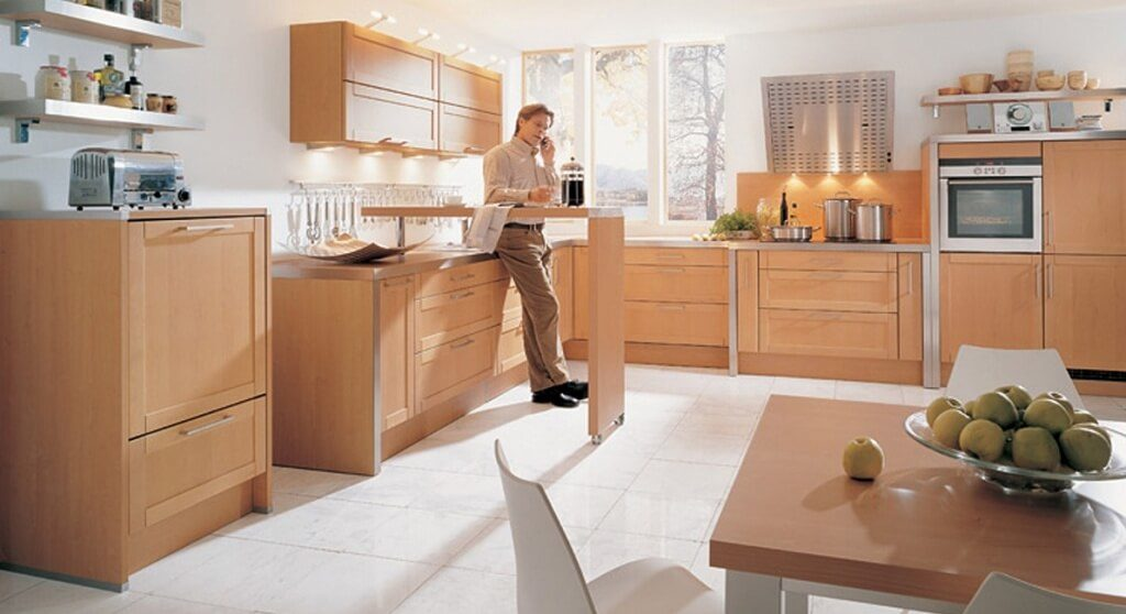 Кухня с поворотной барной стойкой в интерьере