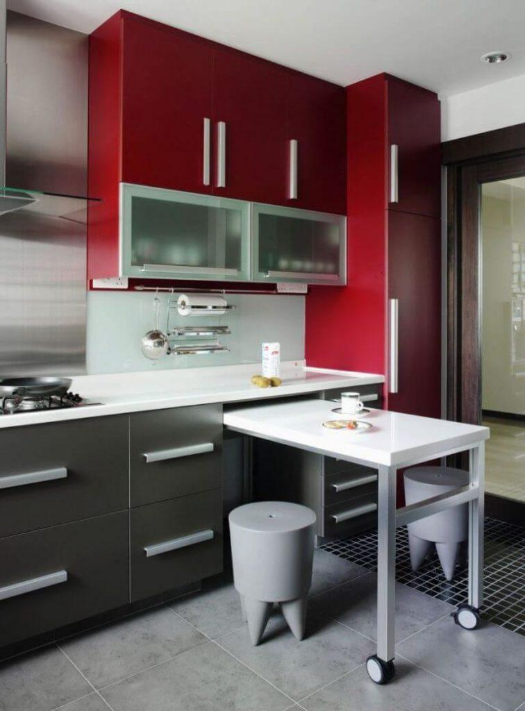 Кухонный гарнитур с встроенной выдвижной барной стойкой
