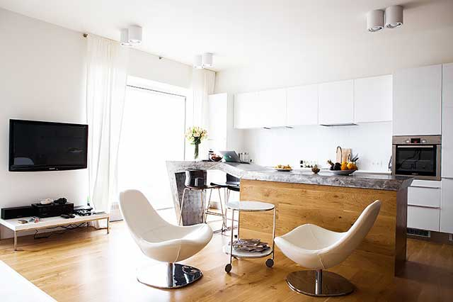 Барная стойка в интерьере квартиры студии с каменной столешницей