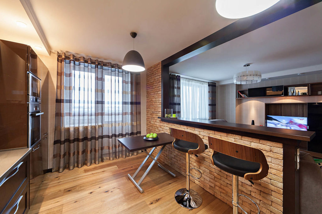 Встроенная барная стойка в интерьере студии