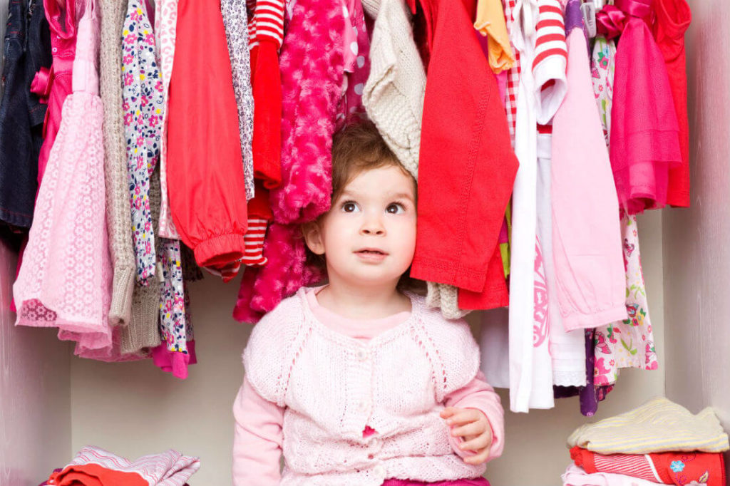 ребенок в гардеробе