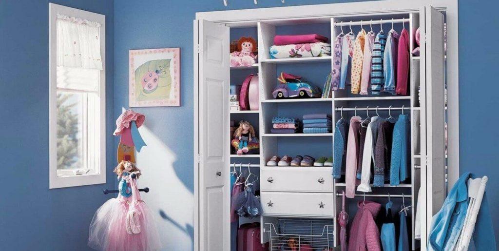 Фото складных фасадов гардеробной в интерьере детской комнаты