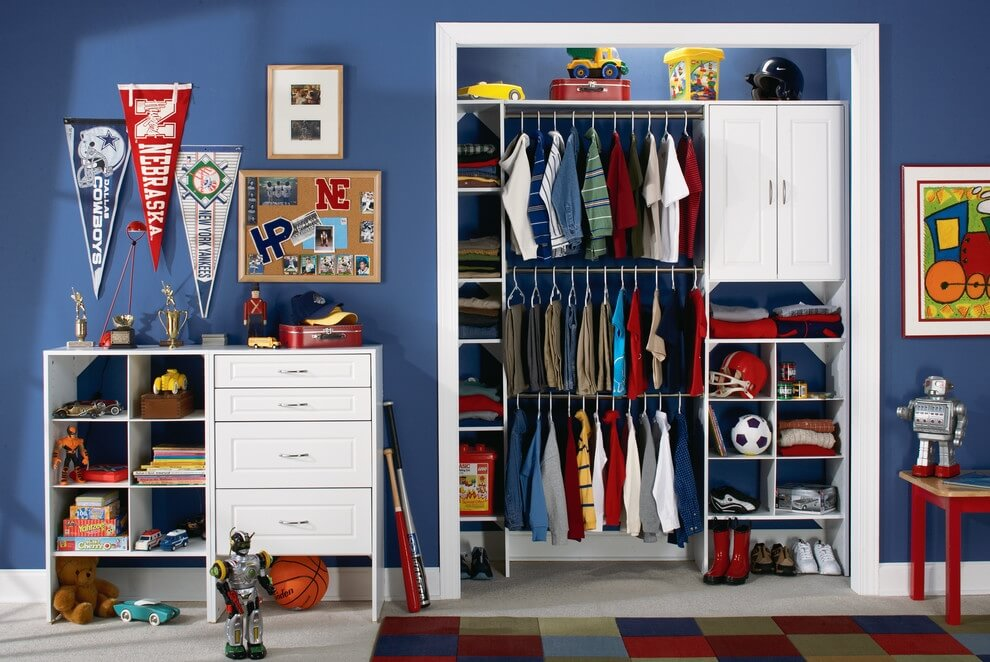 Фото встроенной гардеробной в комнате мальчика