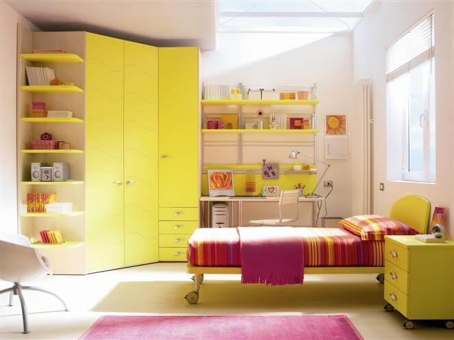 Фото углового шкафа-гардероба с распашными дверьми в детской комнате