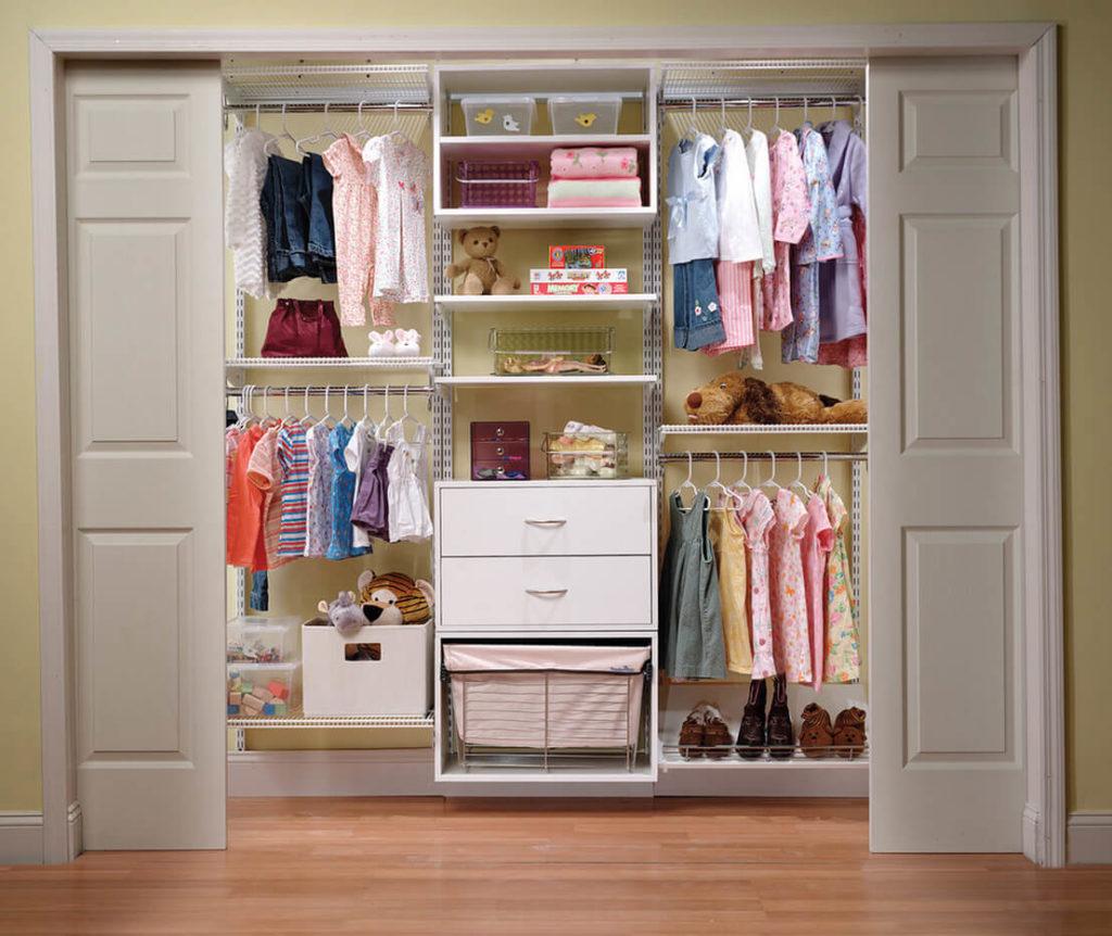 Встроенный гардероб в детской с раздвижными дверьми купе