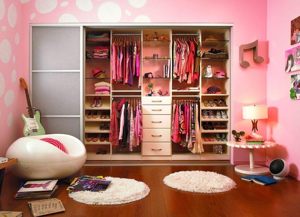 Фото встроенного гардероба в интерьере детской комнаты девочки