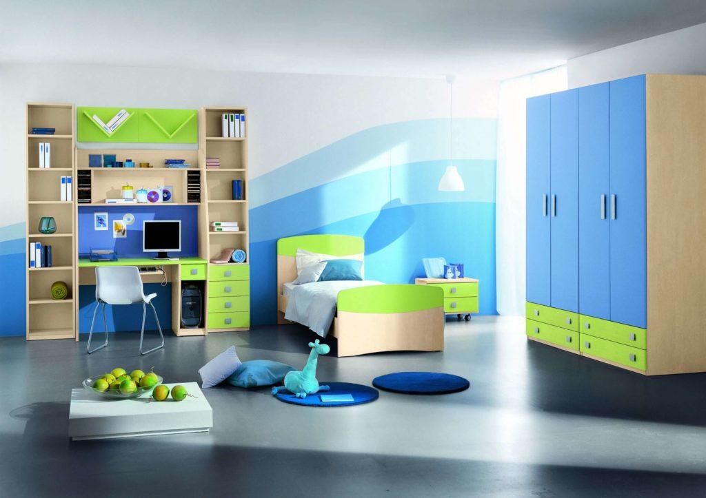 Детская комната с пеналами с книжными полками по обе стороны от стола