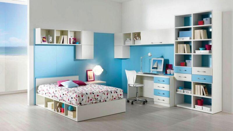 Детская комната в голубых цветах с книжным шкафом в интерьере