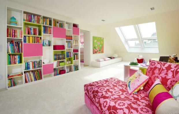 Фото детской комнаты с большим книжным шкафом во всю стену