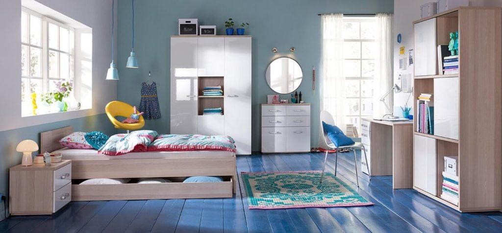Комната девочки с книжным шкафом в интерьере