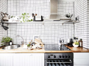 Фото одноярусной кухни без верхних навесных шкафов