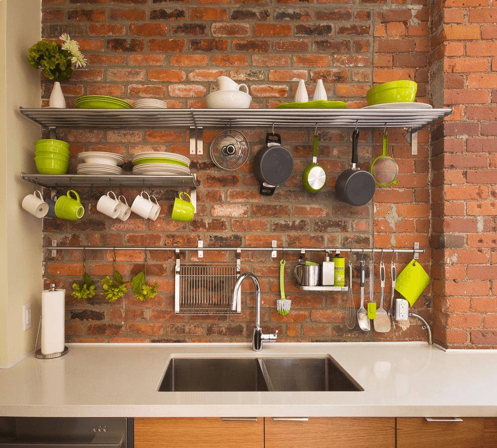 Фото маленькой одноярусной кухни без верхних шкафов в стиле лофт