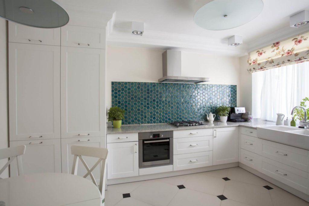 Одноярусная кухня с высокими шкафами