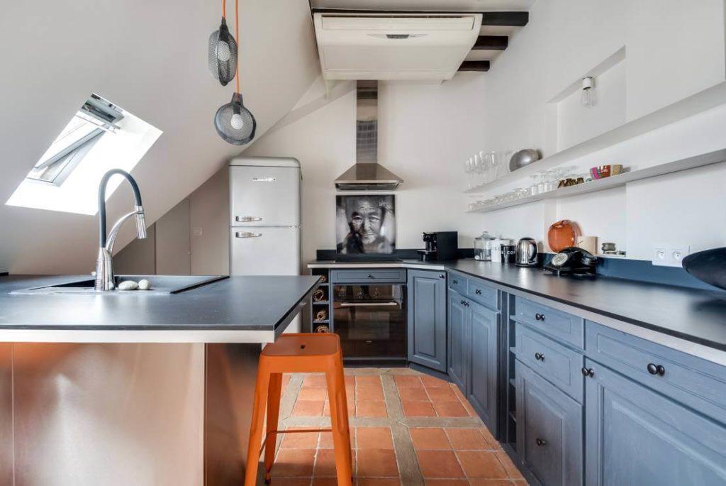 Фото кухни на мансарде без верхних шкафов с кухонным островом в интерьере