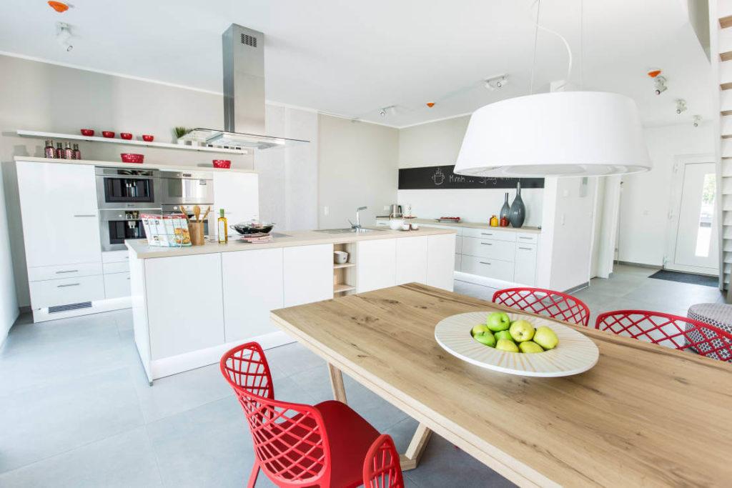 интерьер кухни без верхних шкафов с высокими шкафами