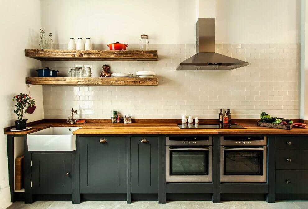 Дизайн кухни с открытыми полками вместо навесных шкафов