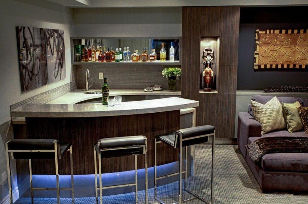 Фото полуостровной барной стойки в интерьере кухни-гостиной